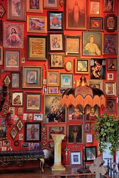 wall Art Design - Why You Should be Afraid of Eclectic Gallery Art Walls. Eclectic Gallery Wall, Eclectic Decor, Eclectic Design, Collage Mural, Art Walls, Wall Art, Framed Art, Decoration Inspiration, Arte Pop