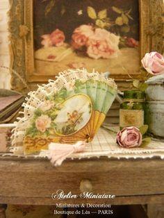 Éventail miniature victorien XIXe vert, Frise de roses, Pompon vert, Boudoir…