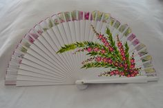 Blanco flores grandes. Reverso Pink Purple, Perfume Bottles, Fancy, Shapes, Hand Fans, Creative, Gifts, Painting, Beautiful