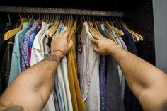 Enagana-se quem pensa que o armário masculino tem que ser organizado da mesma forma que o feminino! Os homens precisam de um guarda-roupa com mais gavetas com divisórias, penduradores e também caixas.