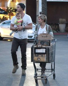 Chris Hemsworth Joins India and Elsa For a Sweet Shopping Trip   Pictures