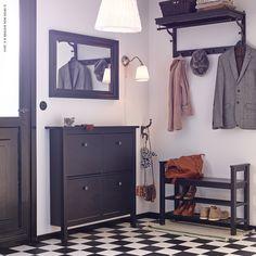 Fini les chaussures et les bottes qui traînent dans le couloir grâce à l'armoire à chaussures HEMNES