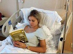 Andressa lendo Macedo