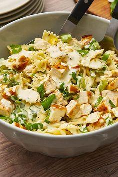 Nudel-Hähnchensalat mit Frühlingszwiebeln - leckere Farfalle mit Hähnchenwürfeln und Zwiebel-Mais-Gemüse.  #salat #nudelsalat #hähnchen #gemüse