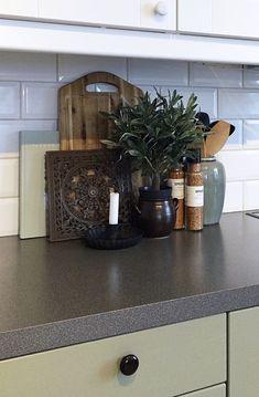 Grønt kjøkken, kjøkkeninnredning, landlig interiør, kjøkkendekorasjon, green kitchen, kitchen decoration Kitchens, Spices, Planter, Home, Spice, Ad Home, Kitchen, Homes, Cuisine