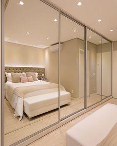 Calçadeira: onde comprar e 50 modelos incríveis para inspirar Wardrobe Design Bedroom, Luxury Bedroom Design, Bedroom Bed Design, Home Room Design, Bedroom Wardrobe, Home Bedroom, Home Interior Design, Bedroom Decor, House Design
