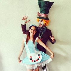 Alice in Wonderland & Mad Hatter (Halloween Couples Creative) Cute Couple Halloween Costumes, Cool Costumes, Halloween Party, Halloween Couples, Costume Ideas, Zombie Costumes, Halloween College, Group Halloween, Halloween Ideas