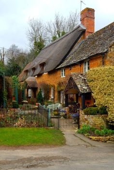 A Ilmington, dans le Warwickshire, les Cotswolds, Angleterre, UK Cottage Homes, Cottage Style, Beautiful Homes, Beautiful Places, London England, England Uk, English House, England And Scotland, English Countryside