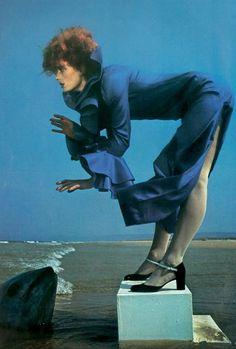 Gala Mitchell for Vogue Paris, August 1971 by Guy Bourdin Guy Bourdin, Seventies Fashion, 70s Fashion, Blue Fashion, Urban Fashion, Edward Weston, Man Ray, Poses, Pin Up