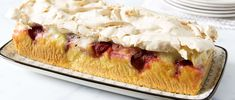 Cake à la fraise et à la rhubarbe Comfort Food, Cake, Desserts, Pudding, Strawberry, Morning Breakfast, Food, Food Items, Food Food