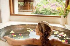 Como realizar un baño relajante y embellecedor con elementos naturales. Ideas para relajarte con un baño de inmersión. Sales para baños relajantes