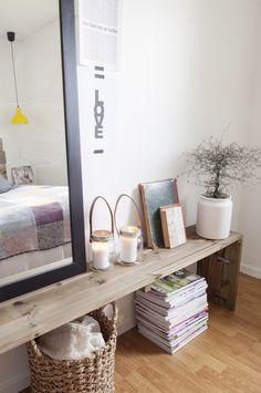 Aan voeteneinde bed of aan stuk lege muur een lange houten bank om te style met decoraties/ om spullen op en onder kwijt te kunnen