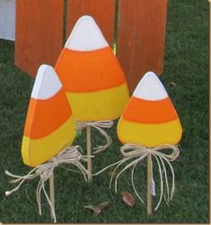 Candy corn yard picks, would look awesome in my long driveway(: Halloween Yard Art, Halloween Wood Crafts, Fall Crafts, Fall Halloween, Holiday Crafts, Halloween Wreaths, Halloween Banner, Diy Crafts, Halloween Signs