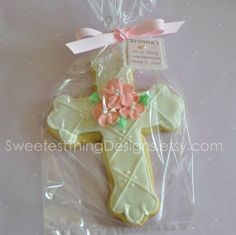 Items similar to 12 Baptism Favor (large) / First Communion Favor / Christening Favor / Cross Cookie by The Sweetest Thing - Designs and Events on Etsy Baby Cookies, Flower Cookies, Cute Cookies, Easter Cookies, Sugar Cookies, Christening Cookies, Christening Favors, Baptism Favors, First Communion Favors