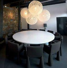 De Random Light lampen van Moooi zijn gemaakt van glasvezel draden en worden nog indrukwekkender als je een paar verschillende formaten naast elkaar hangt op verschillende hoogtes.