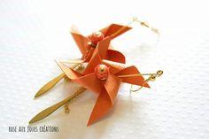 Longues boucles d'oreilles origami orange pliage rose des vents : Boucles d'oreille par rose-aux-joues