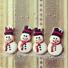 raspberrytart: Snowman sugar cookies… cookies by po. Galletas Cookies, Iced Cookies, Royal Icing Cookies, Cupcake Cookies, Fun Cookies, Snowman Cookies, Christmas Sugar Cookies, Holiday Cookies, Christmas Cooking