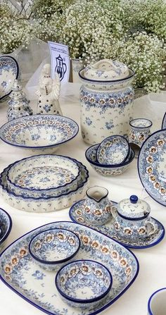 I had no idea a polish pottery festival existed! This is definitely getting added to our bucket list! Blue And White China, Blue China, Blue Pottery, Ceramic Pottery, Vase Deco, Boho Home, Beautiful Table Settings, Polish Pottery, China Patterns