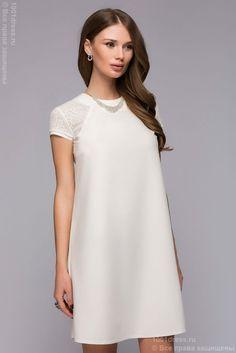 Белое платье длины мини с короткими кружевными рукавами
