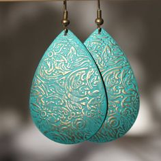 Drop Patina Turquoise Flower Etched Earrings  Color : Blue turquoise Patina sealed with a wax  Finish of the main pieces : Antiqued Brass drop (