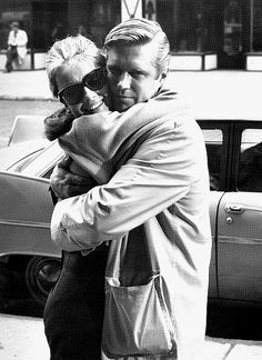 Behind the scenes - Audrey Hepburn (Holly Golightly) & George Peppard (Paul Varjak) - Breakfast at Tiffany's directed by Blake Edwards (1961) Novel by Truman Capote #trumancapote