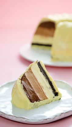 Bolo Bombom The delicious combination of layers of dark chocolate, milk chocolate and white chocolat Baking Recipes, Cake Recipes, Dessert Recipes, Chocolate Recipes, Chocolate Chips, Food Dishes, Food Videos, Sweet Recipes, Tart