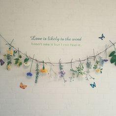 女性で、4LDKの壁/天井/しただけインテリア/しただけ/お花を紐で吊るしただけ/フラワーインテリア…などについてのインテリア実例を紹介。「題名…花とハーブのガーランド 庭に咲いてる花やハーブを摘んできて麻糸に吊るしただけの手軽に作れるガーランドです。 窓から風が吹いてくると、そよそよと揺れたり、かすかな甘い香りが漂ってきます。 暗い洗面所が少しだけ華やかになりました。」(この写真は 2016-05-21 17:24:47 に共有されました) Flower Decorations, Wedding Decorations, Diy Wedding, Wedding Flowers, Flower Wall, Dried Flowers, Flower Power, Flower Arrangements, Diy And Crafts