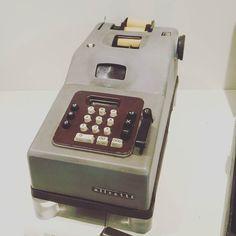 Le calcolatrici Olivetti furono le prime ad essere prodotte con copertura chiara rispetto alle precedenti con scocca scura. Avere una Olivetti simile sulla scrivania era sinonimo di essere fighi. Uno status symbol by igerspisa