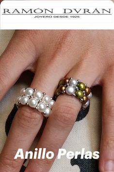 Sortija elástica con perlas cultivadas en agua dulce, el ancho de la sortija es de 12 mm.  Este anillo al ser elástico abarca casi todas las medidas,  Esta joya se entrega en caja de presentación. Fresh Water, Jewel Box, Sterling Silver, Snare Drum, Rings