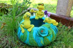 Sonnenbad am Froschteich, gefilztes Körbchen von Frau Brunsels Filz auf DaWanda.com