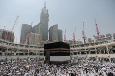 大巡礼期間中(巡礼月の8日〜10日)のイスラム教最大の聖地「メッカ」> 2015年9月22日に撮影。カーバ神殿の周りを回って祈りを捧げる巡礼者たち