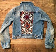 Black Denim Jacket Outfits for Fall Black Denim Jacket Outfit, Jean Jacket Outfits, Painted Denim Jacket, Painted Jeans, Gilet Jeans, Denim Ideas, Embellished Jeans, Vintage Denim, Denim Fashion