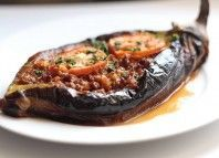 // Karnıyarık - stuffed eggplant The website is not in English, but I'd subtract the meat Turkish Recipes, Greek Recipes, Asian Recipes, Ethnic Recipes, Middle Eastern Dishes, Middle Eastern Recipes, Istanbul Food, Small Tomatoes, Greek Dishes