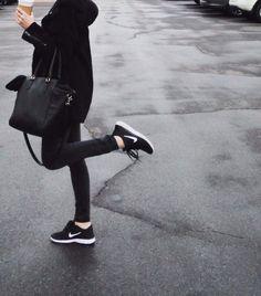 So European- Street Style - Les runnings, grosse tendance du moment. Ce look mélange sport et casual. Le sac apporte un peu de classe.