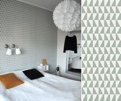 Au Fil des Couleurs - Une tête de lit avec du papier peint pour une chambre