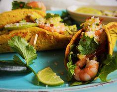 Få opskriften på de friske, sunde og mættende tacos fyldt med friske rejer, hjertesalat og ananas-salsa, hvilket gør dem lettere end traditionelle tacos.