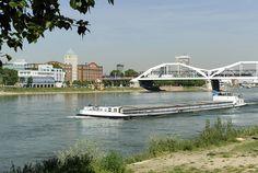 Ludwigshafen ist eine von drei Großstädten in der Metropolregion Rhein-Neckar und wirtschaftliches Kraftzentrum in Rheinland-Pfalz. Hier sieht man die Brücke, die Ludwigshafen mit Mannheim verbindet.