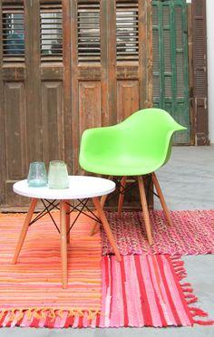 Kleurrijke katoenen kleedjes handgeweven. Comfortabele stoel met armleuning & bijpassend salontafeltje.