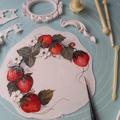 Curso Online de Pintura em Bolos Caseiros Rooster, Plates, Instagram, Cake, Tableware, Hand Painted Cakes, Homemade Cakes, Wafer Cookies, Brazil