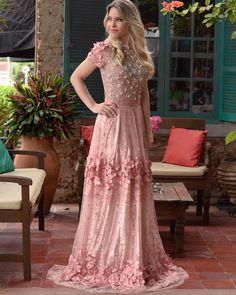 """""""ᑭᗩᖇTY ᗪᖇEᔕᔕ! Luxo e Sofisticação é o que representa esse vestido bordado e com """"flores"""" presas na barra, na saia e nos ombros! Uma coisa de tão lindo esse…"""""""