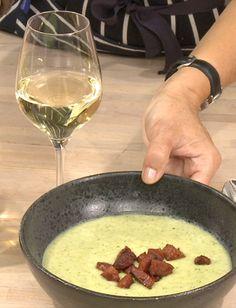 """Prøv en anderledes suppe med broccoli og ristet chorizo """"croutoner""""."""