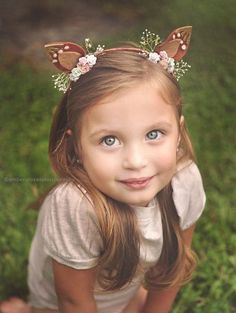 These beautiful handmade fawn ears are perfect for any imaginative little one! They are adorned with flowers and the perfect amount of sparkle! Felt Headband, Baby Headbands, Antler Headband, Crown For Kids, Kids Hair Bows, Diy Crown, Creation Deco, Kids Hair Accessories, Birthday Crafts