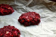Beet burgery - karbanátky z červené řepy | Ze zahrady do kuchyně Beef Burgers, Food And Drink, Lunch, Paleo, Chocolate, Meat, Healthy, Desserts, Pizza