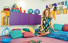 """A arquiteta Adriana Yazbek tem o hábito de reciclar peças. """"Meu vizinho trocou toda a cozinha e jogou fora os armários antigos. Eram de Formica brilhante azul calcinha, mas tinham potencial. Mudei a cor e mantive os puxadores originais"""", conta"""