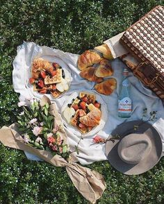 WEBSTA @ weheartit - Nothing beats a delicious and pretty picnic on a sunny Spring day Don't forget to follow our King of Flatlays : jovanvasiljevic on WHI! #WHIHeart #picnic #foodflatlay •