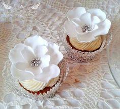 Romeo & Juliet Cakes white open flower cupcakes