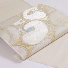 """今回ご紹介する帯は、夏の名古屋帯『澄明文(ちょうめいもん)』。 江戸時代、琳派の蒔絵箱に描かれた流水文が題材で、当時の澄んだ水音が聞こえてくるようです。 Introducing """"Obi"""" (Nagoya Obi) with cool-looking design of """"Chomei-mon"""", a traditional pattern depicting a flowing stream. You may hear a splash. #帯 #琳派 #夏 #流水"""