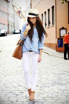 Denim shirt+ jeans blancos Otra de las combinaciones favoritas de las street stylers es usar una denim shirt con unos jeans blancos. Este look es bueno para la oficina, una reunión o para lucir fresca en fin de semana. Agrega un sombrero, unas botas o stilettos como toque final.