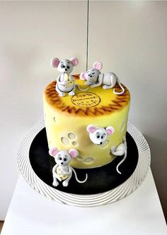 Cheese with mice cake by Frufi Christmas Themed Cake, Christmas Cake Decorations, Mini Tortillas, Cheese Design, Polymer Clay Cake, Animal Cakes, Dog Cakes, Food Fantasy, Character Cakes