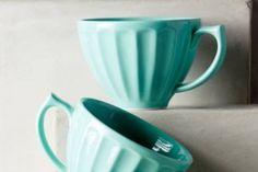 Dieser Becher aus hochwertigem Porzellan ist ein vielseitiger Klassiker für die Landhaus-Küche oder Kaffeetafel und begeistert uns mit seiner markanten schönen Form. Die Tassen gibt es in vielen herrlichen Farben, die sich wunderbar kombinieren lassen.